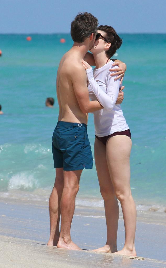 PDA Alert! Anne Hathaway and Adam Shulman Share a ... энн хэтэуэй инстаграм