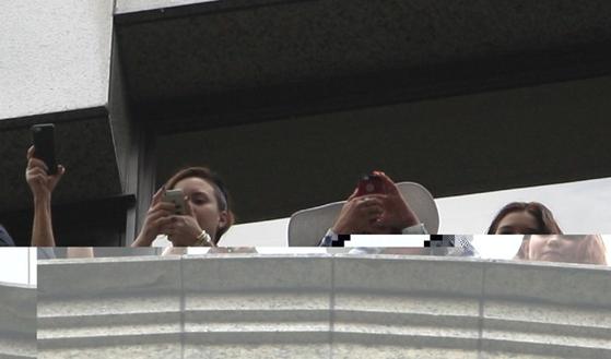 Demi Lovato acena de sacada do hotel