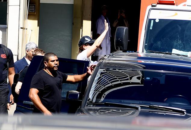 Segurança protege Demi Lovato de objeto jogado por fãs