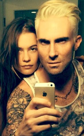 Adam Levine platina os cabelos