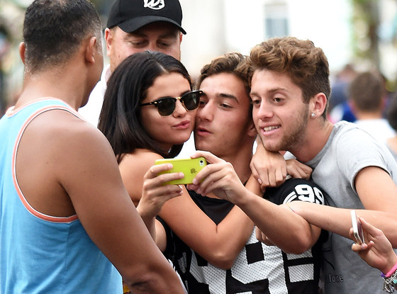 Bieber who selena gomez kisses fans and poses with shirtless boys selena gomez m4hsunfo