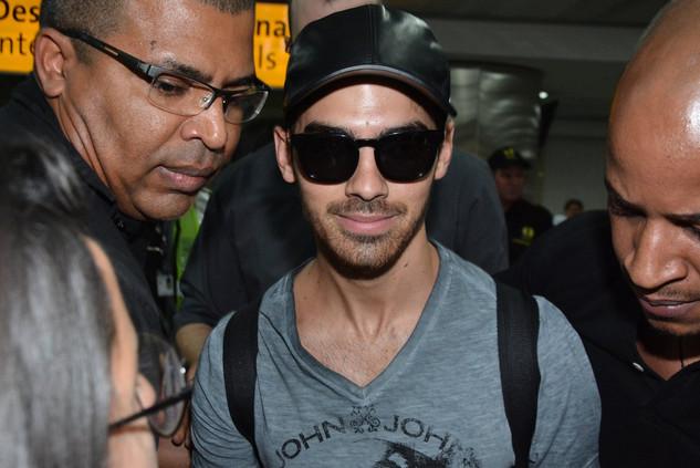 Joe Jonas causa tumulto ao desembarcar em São Paulo - E! Online Brasil