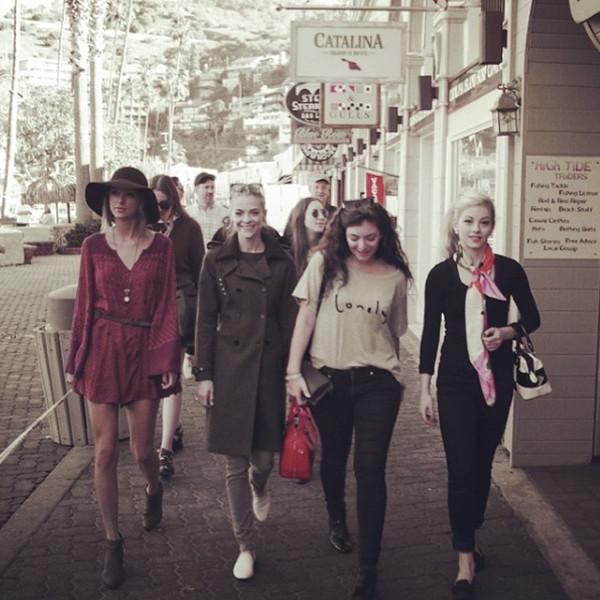 Pai de Taylor Swift participa de viagem dela com melhores amigas