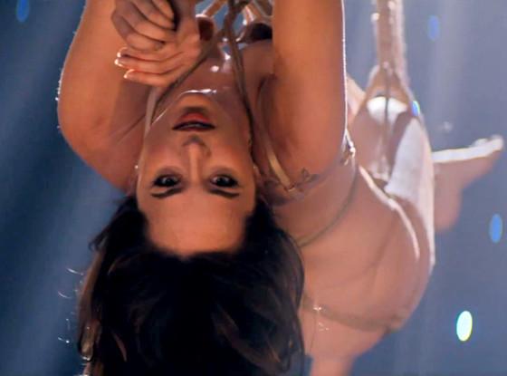 Dakota Johnson aparece nua e toda amarrada no clipe de 50 Tons de Cinza