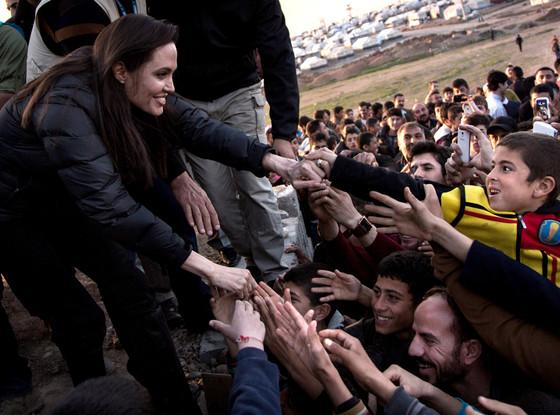 Angelina Jolie diz que ficou sem palavras em campo de refugiados no Iraque