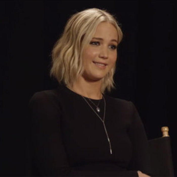 Seht euch Jennifer Lawrence an wie sie den bekannten YouTube Star ...