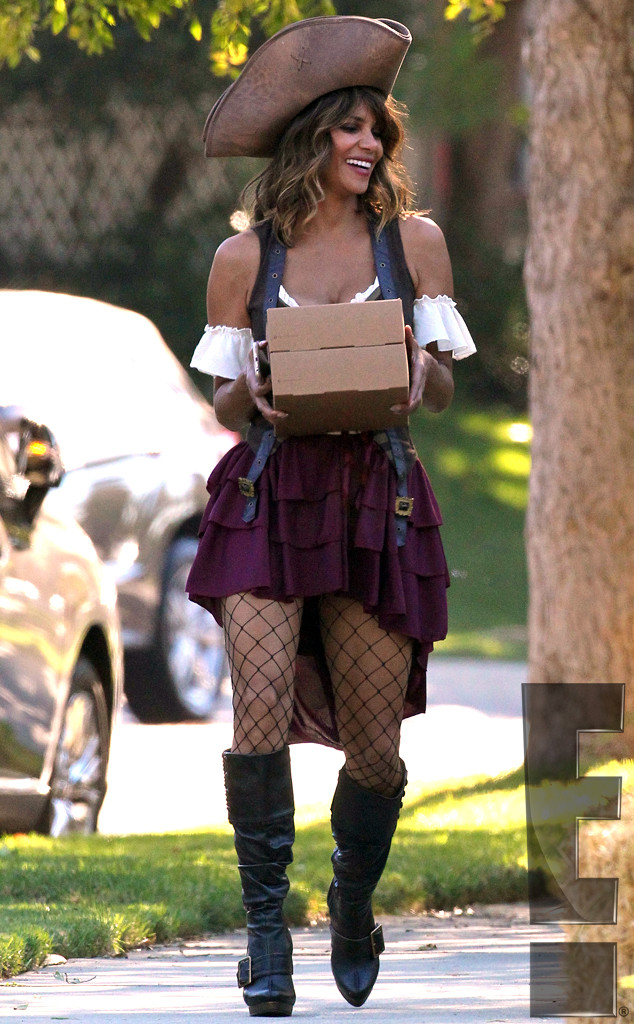 Halle Berry Gets The Best Post-Divorce Revenge, Looks As Sexy As Ever In Halloween -9189