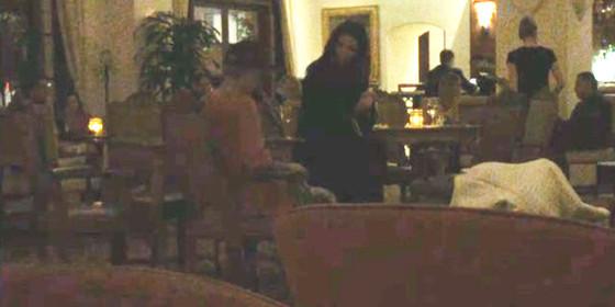 Justin Bieber canta música romântica para Selena Gomez em bar de hotel