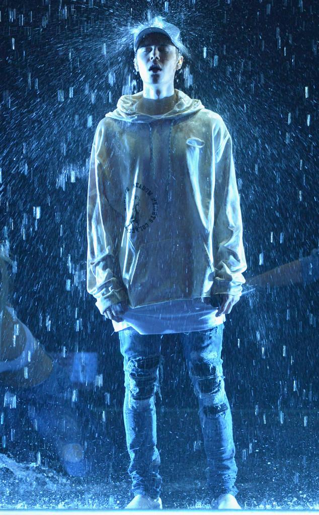 Justin Bieber se emociona ao cantar Sorry no American Music Awards 2015