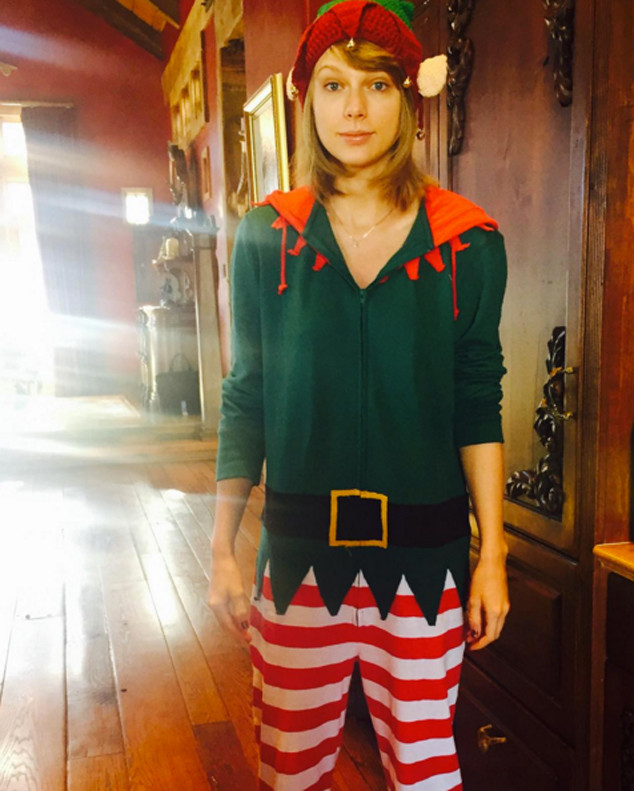 Taylor Swift Goes Without Makeup And Is An Adorable Christmas Elf E Online