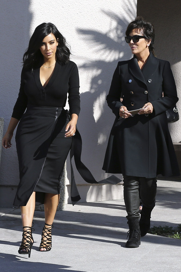 Kim Kardashian Steps Out With Her Short Chic Haircut See Pic E Online