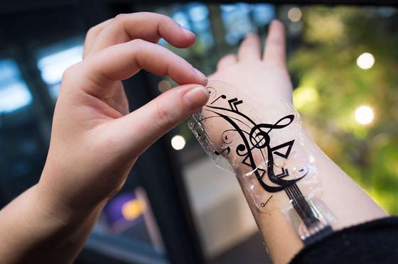 Estudiosos inventam adesivo que controla o smartphone