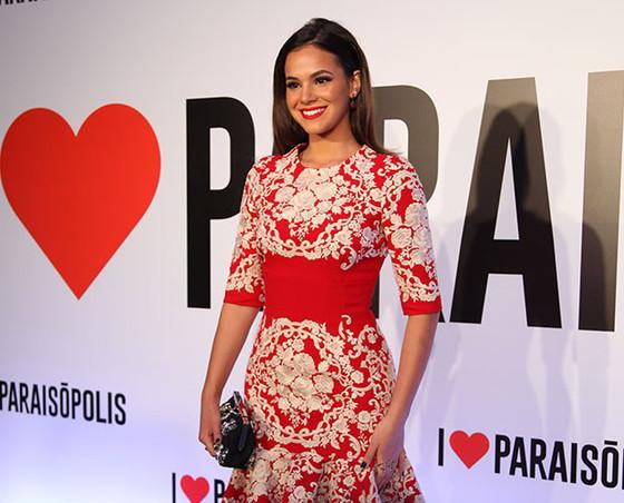 Bruna Marquezine usa vestido no valor de R$ 21 mil em festa de novela