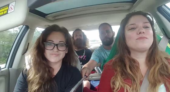 Jovens gravam o próprio acidente de carro com pau de selfie