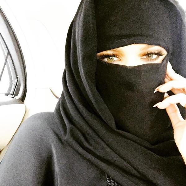 Khloé Kardashian Covers Up in Traditional Niqab During Dubai