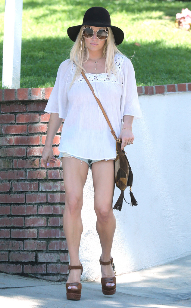 Damn Jessica Simpson Flaunts Muscular Legs In Tiny Short