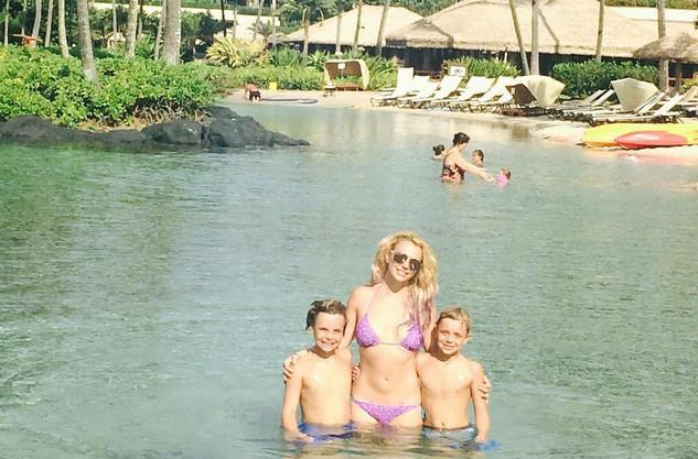 Britney Spears posa de biquíni com filhos e impressiona por tanquinho