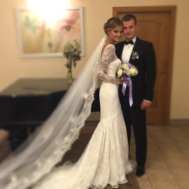 See Meghan Mccain S Gorgeous Wedding Dress E News