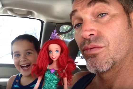 Menino escolhe boneca de presente e pai mostra reação em vídeo