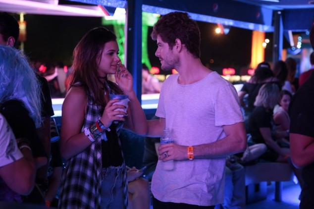 Bruna Marquezine e Maurício Destri trocam beijos no Rock in Rio
