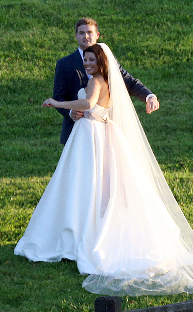 Jinger Duggar Wedding Dress.Amy Duggar S Wedding Get Details And See Photos Of The Bride In Her