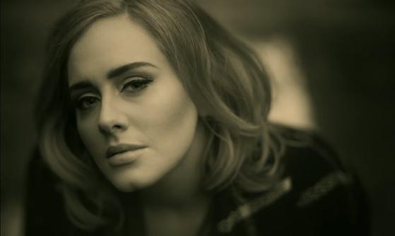 Adele fala sobre maternidade e revela para quem escreveu a música Hello