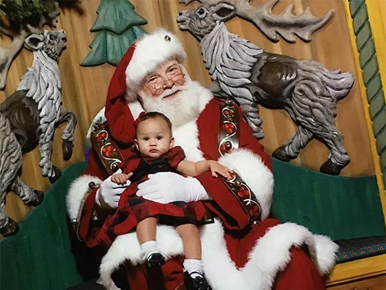 Chrissy Teigen teilt erstes Foto von Baby Luna mit Santa Claus