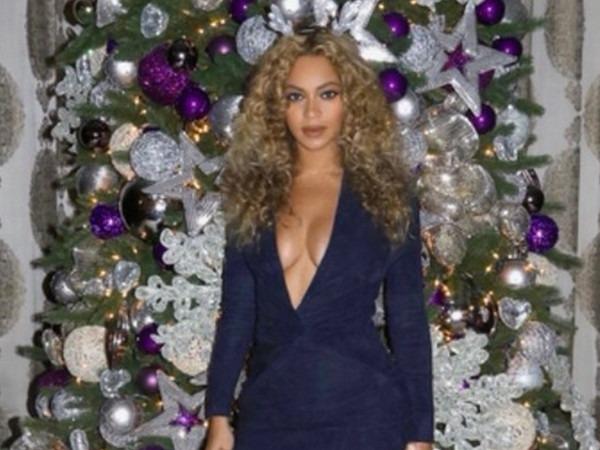 Beyoncé präsentiert ihren glamourösen Weihnachtsbaum in einem sexy Rentier-Outfit