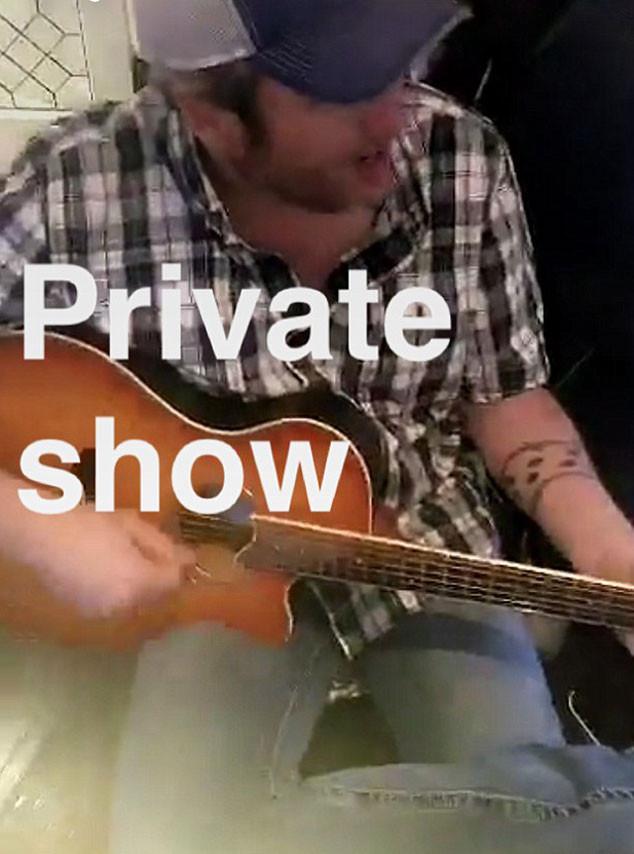 Gwen Stefani, Blake Shelton, Christmas, Snapchat