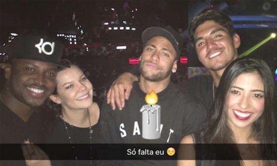 4ba9a2a040e Neymar curte roda de samba com Fernanda Souza e Thiaguinho