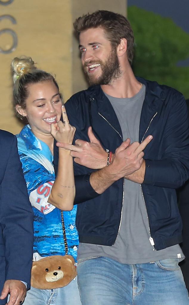Miley Cyrus e Liam Hemsworth fazem gesto obsceno após jantar