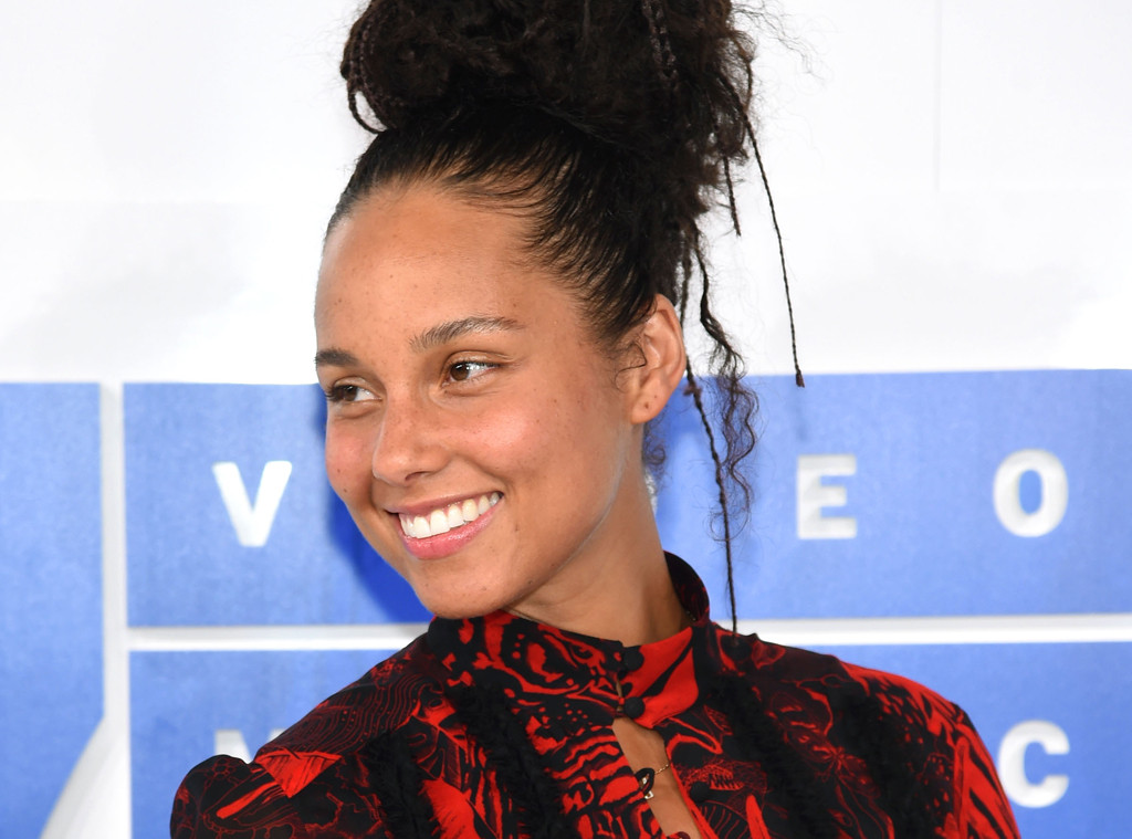 alicia keys stopped wearing makeup and the world is still having a