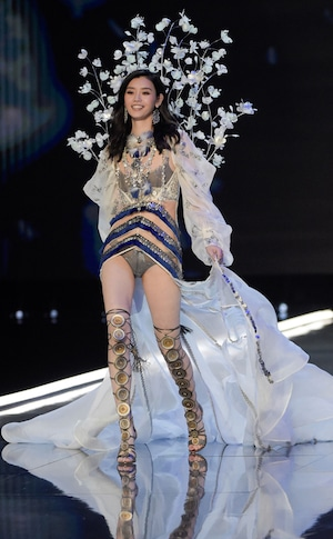 2017 Victorias Secret Fashion Show, Ming Xi, 1