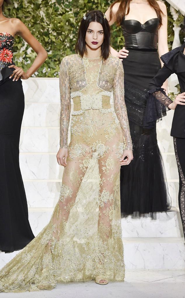 f24db9f5c Kendall Jenner usa look transparente em desfile de lingerie