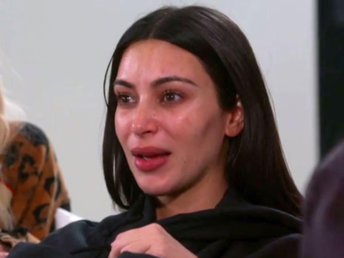 Kim Kardashian weint & erinnert sich an den Moment, indem sie dachte, sie würde während des Raubüberfalls sterben