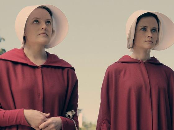 Elisabeth Moss diz que elenco de Handmaid's canta Taylor Swift após cenas tensas