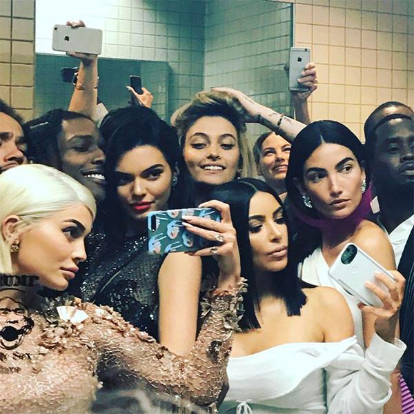 Kylie Jenner Breaks The 2017 Met Gala S No Selfie Rule For