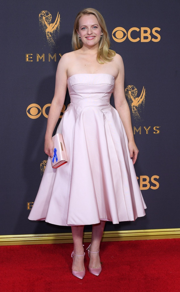 Elisabeth Moss en simple robe de soirée rose au 2017 Emmy Awards