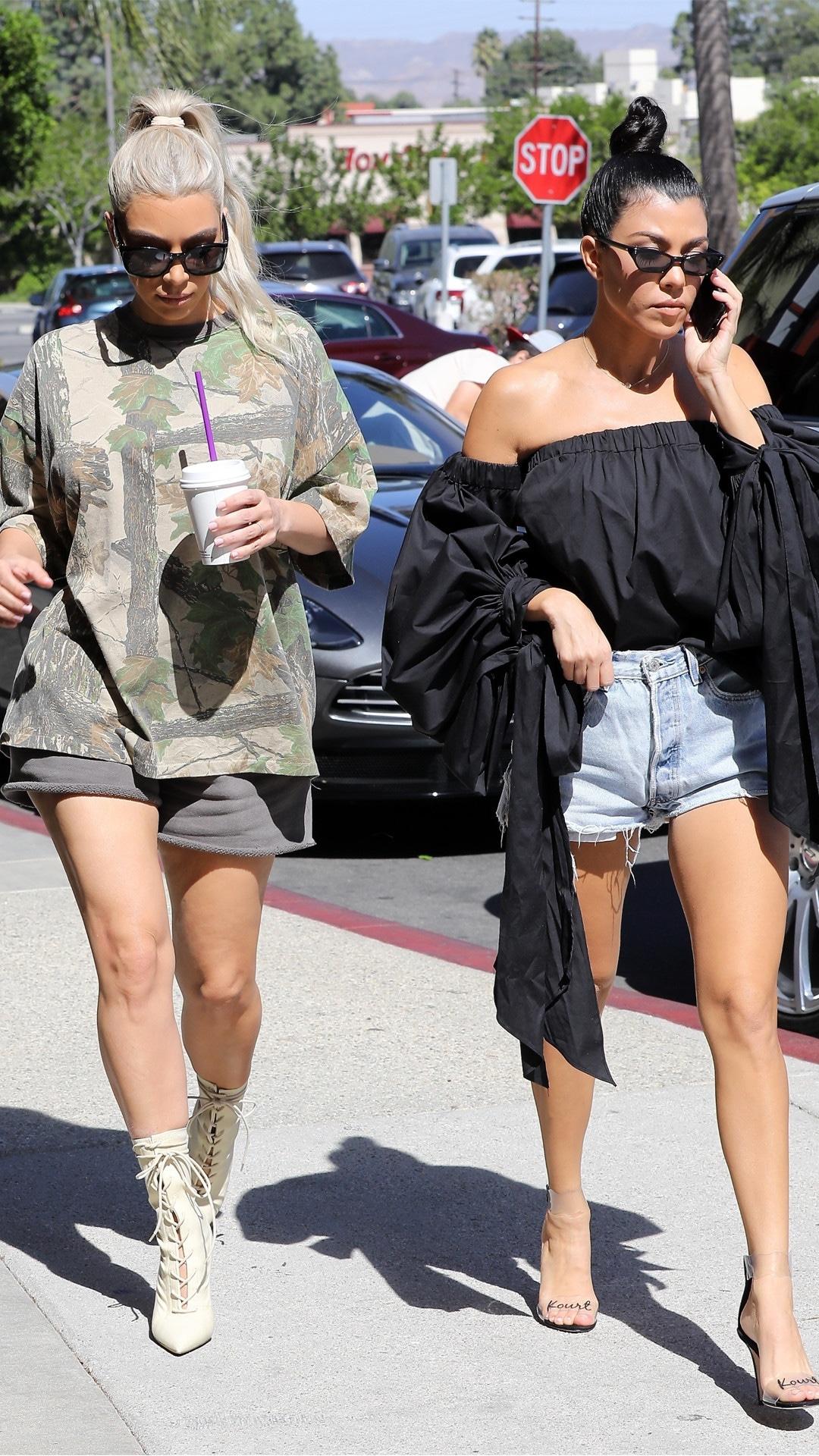 Kim Kardashian, Kourtney Kardashian, Calabasas