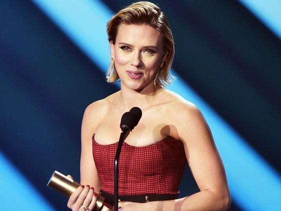 Scarlett Johansson Dedicates E! People's Choice Award Win to Armed Forces