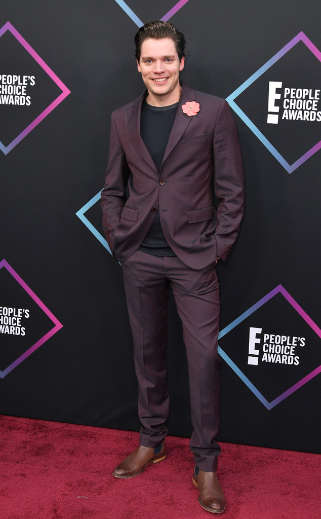 Dominic Sherwood, 2018 Peoples Choice Awards, PCAs, Red Carpet Fashions