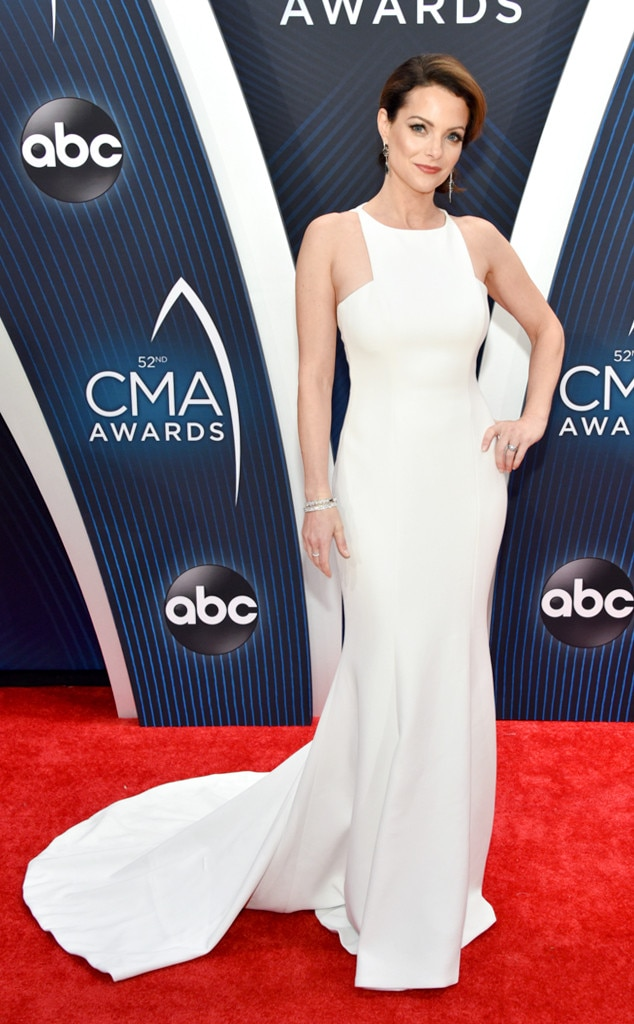 Kimberly Williams-Paisley -  Before watching her husband co-host the show, the actress shows off her breathtaking white dress from the Romona Keveža collection and jewelry from Hearts On Fire.
