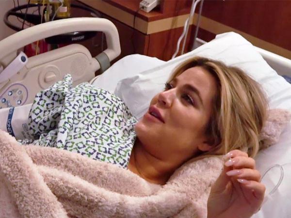 Veja momento em que Khloé Kardashian dá à luz True com Tristan e sua família ao lado