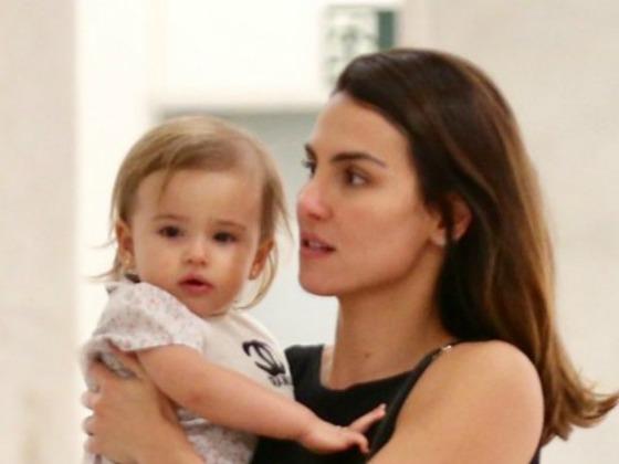 Nina, filha de Rodrigo Santoro e Mel Fronckowiak, faz rara aparição com mãe