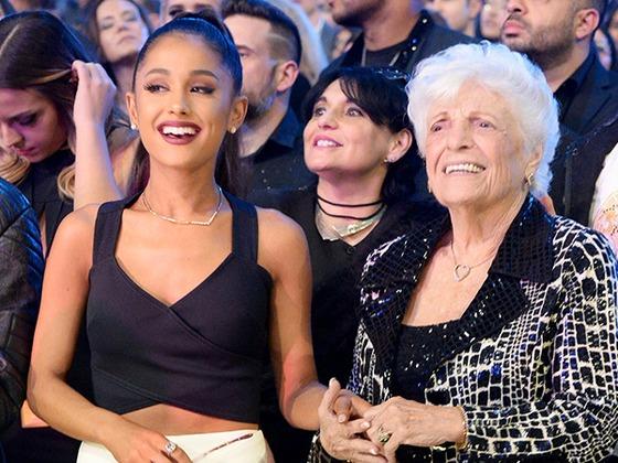 ¡Alerta de ternura! Ariana Grande y su abuela se tatúan juntas