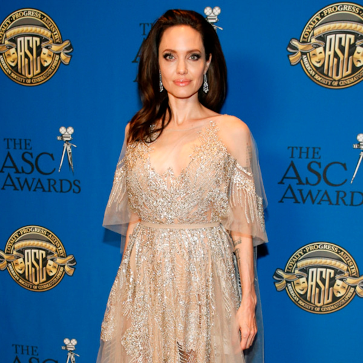 Angelina Jolie Film Nuda angelina jolie sparkles in nude feathered gown at 2018 asc