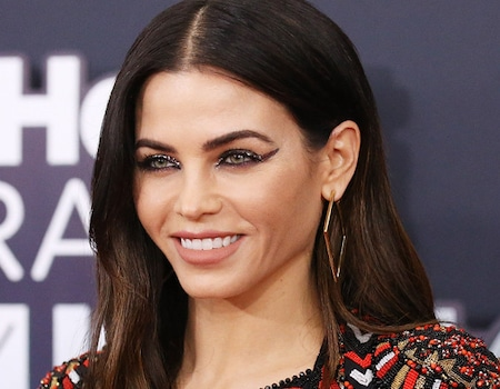 the unique way jenna dewan tatum 39 s makeup artist uses bronzer e news. Black Bedroom Furniture Sets. Home Design Ideas