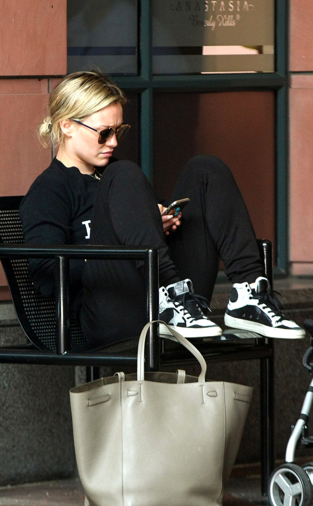 Hilary Duff, texting, Phone