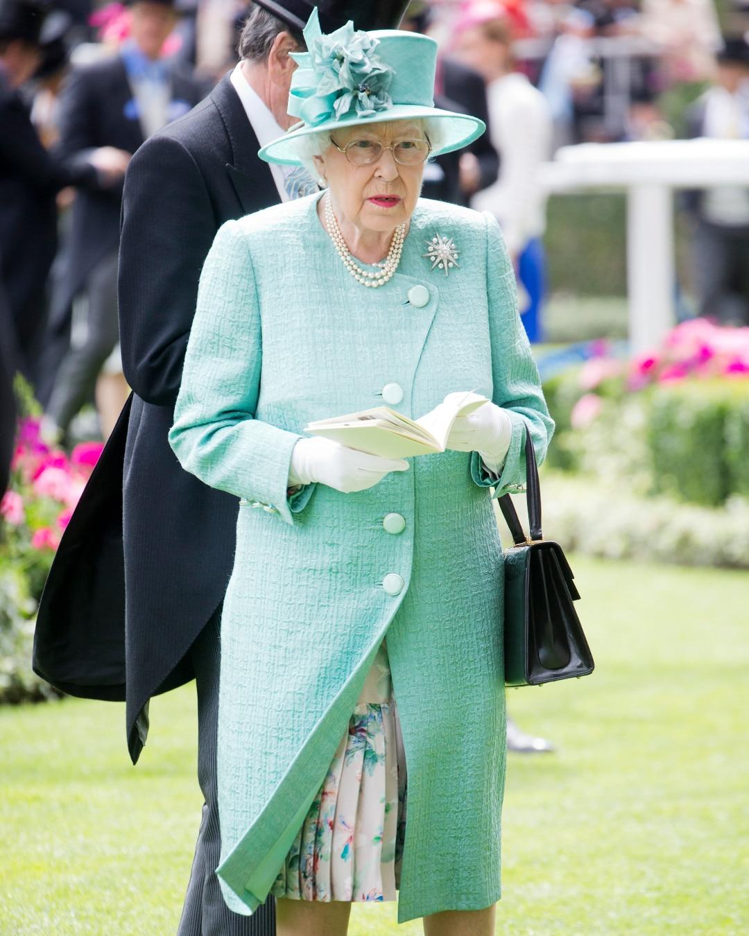 ESC: Do's and Dont's, Queen Elizabeth II, Monochrome