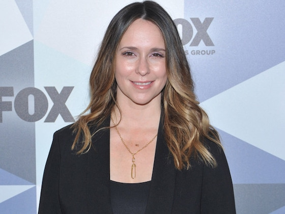 Jennifer Love Hewitt Pays Tribute to Mom Six Years After Her Death